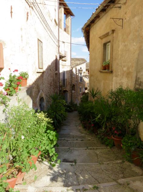 Luca Vivan, eco blogging, travel blogger, ecoturismo, tratturi e cammini, turismo consapevole, vicoli fioriti, Navelli, Abruzzo
