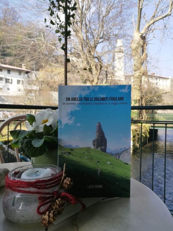 anello dolomiti friulane, libro di Luca Vivan, nella taverna slow di Polcenigo, dove si vede lo zafferano friulano