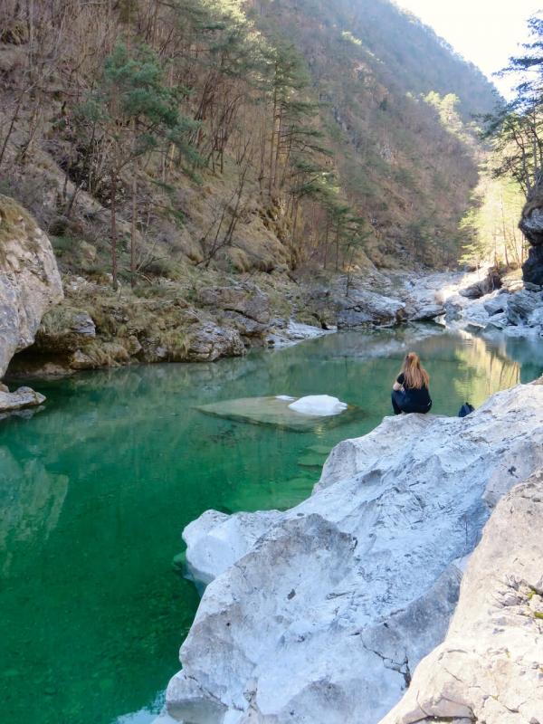 pozze smeraldine, fiume Meduna, Tramonti di Sopra, ragazza che guarda le pozze semeraldine