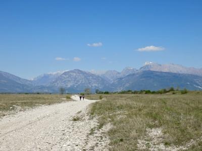 Magredi, Vivaro, steppa Friuli Venezia Giulia, due persone che camminano