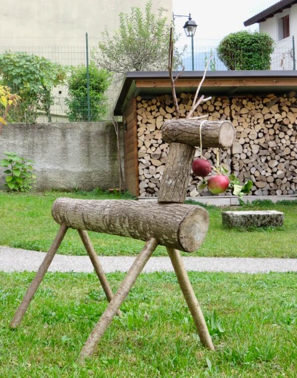 cervo di legno con due mele, mostra mele antiche di Andreis