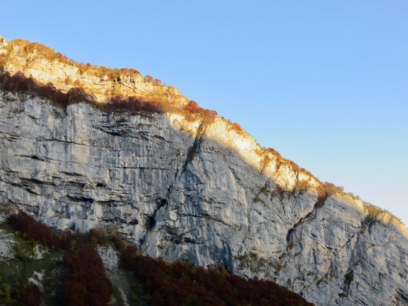 montagna illuminata dal tramonto da Casera Mela, Erto