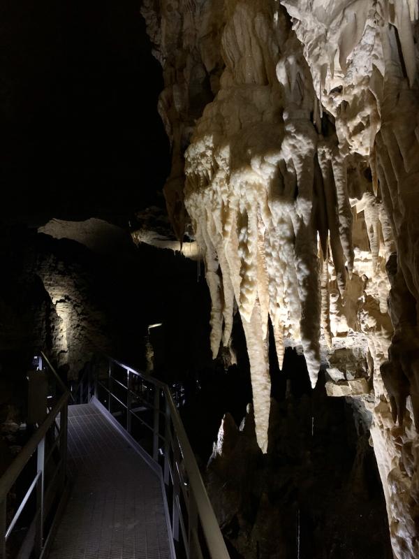 particolare di stalattiti dentro le grotte di villanova