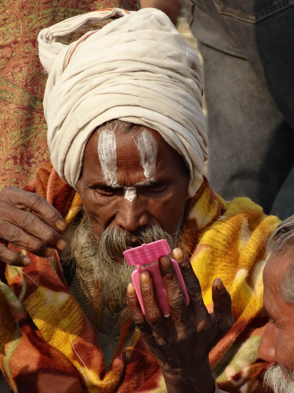 Marco Perini, Darśan, anziano indiano che si trucca il volto